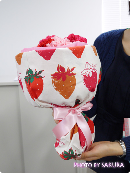 日比谷花壇 エプロンブーケ、トートバックブーケのサイズ感