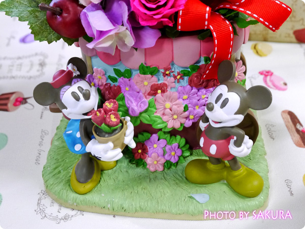 ディズニー プリザーブド&アーティフィシャルアレンジメント「ミッキー&ミニー フラワーワゴン」 ミッキーとミニー部分アップ