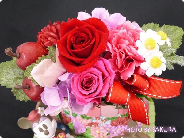 日比谷花壇 ディズニー プリザーブド&アーティフィシャルアレンジメント「ミッキー&ミニー フラワーワゴン」 お花部分アップ