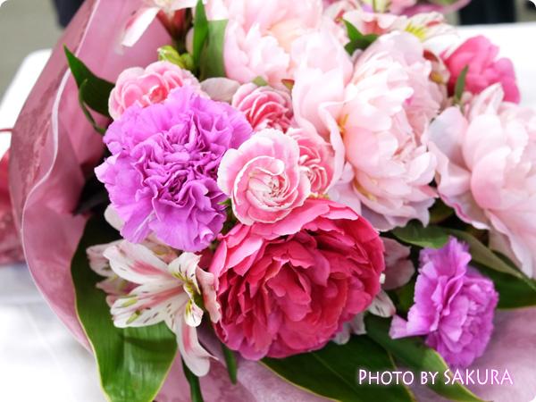 [イイハナドットコム]母の日 花束「芍薬美人」 芍薬、カーネーション、スプレーカーネーション、アルストロメリア、ドラセナの豪華な花束