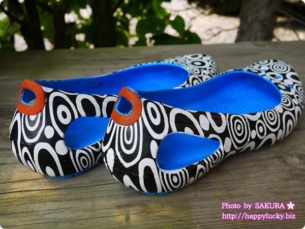 クロックス (crocs)MONDO(モンド)コレクション Kadee Mondo Circles Flat W カディ モンド サークル フラット ウィメン かかとがワンポイントの茶色、くるぶしの下あたりに穴があいているデザイン