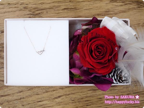 彼女にプレゼント 左側がプレゼントのネックレス、右側がメッセージ入りのプリザーブドフラワー