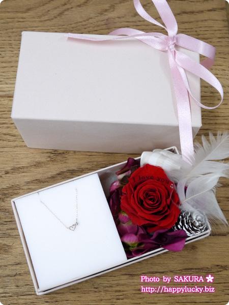 彼女にプレゼント バラの花びらにメッセージ刻印をするラッピング『メッセージフラワー』K10ハート&ダイヤモンドネックレス