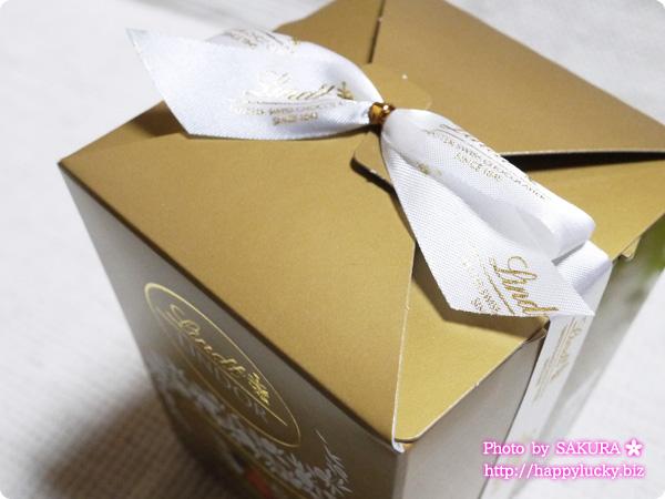 リンツ(Lindt)リンドール・アソートボックス 6粒入り 箱にリボンがかかってるが包装はない