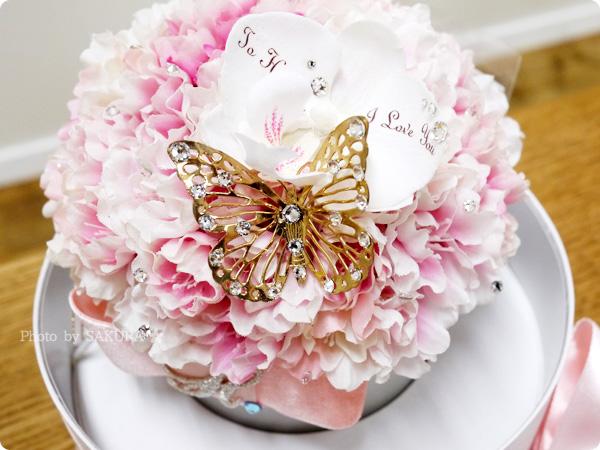 メリアルーム フラワーアレンジメント エレガンス・チェリー(八重桜)  桜の花に煌めくスワロフスキーと蝶、メッセージフラワーがサプライズ感アップ