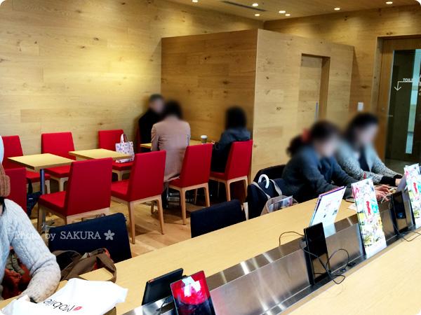 楽天カフェ@二子玉川店の店内はカウンター席とテーブル席がる