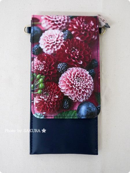 ELISSIMO フェリシモ「花に包まれる 斜め掛けOK スマートフォンスタンドの会」スウィートベリー 全体