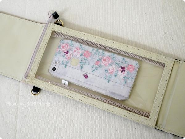 FELISSIMO フェリシモ「花に包まれる 斜め掛けOK スマートフォンスタンドの会」 iPhone5Sを入れてみた図
