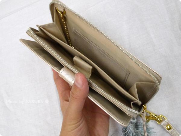 FELISSIMO(フェリシモ)「スマートフォンもお札もらくらく入る 手ぶら財布の会」 開いたところ