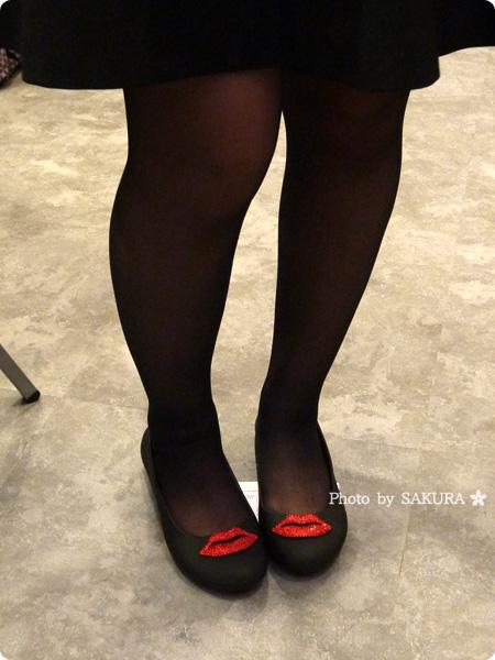 パトリシア・フィールド×クロックスコラボ crocs gianna red lips flat w クロックス ジアンナ レッド リップス フラット ウィメン 着画(スカート)