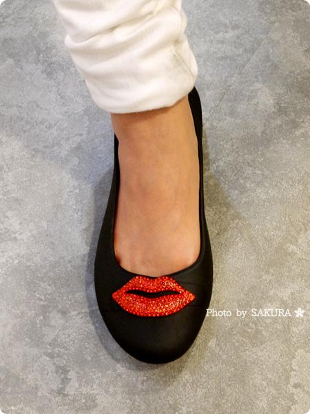 パトリシア・フィールド×クロックスコラボ crocs gianna red lips flat w クロックス ジアンナ レッド リップス フラット ウィメン 着画(白パンツ)