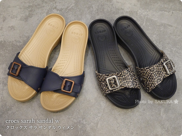 Crocs Sarah Sandal W クロックス サラ サンダル ウィメン  navy / gold と crocs sarah leopard sandal w クロックス サラ レオパード サンダル ウィメン