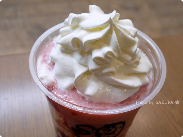 スターバックスコーヒー新作「ストロベリー ディライト フラペチーノ」巻き巻きのクリームアップ