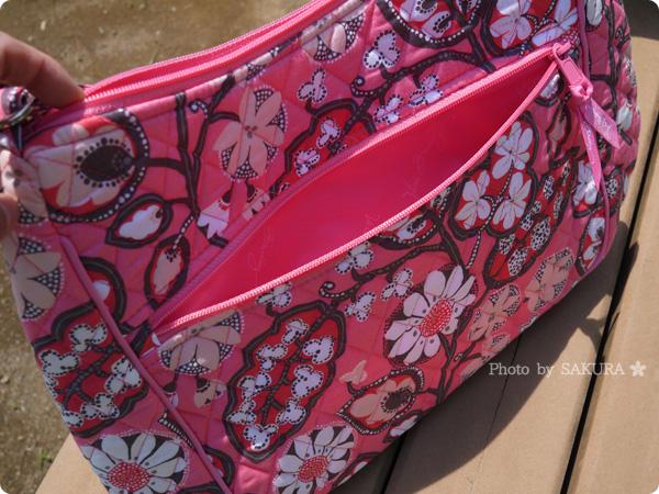 Vera bradley(ヴェラブラッドリー) Carryall Crossbody(キャリーオール・クロスボディ) Blush Pink(ブラッシュ・ピンク) 裏側ファスナーポケット