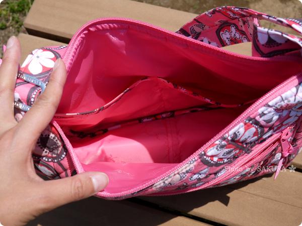 Vera bradley(ヴェラブラッドリー) Carryall Crossbody(キャリーオール・クロスボディ) Blush Pink(ブラッシュ・ピンク) 内側にはスリップポケットが2箇所