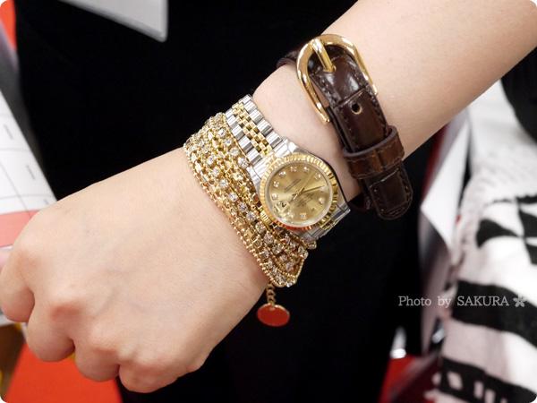 腕時計+革ベルトのクロコダイル型押しフェイクレザーブレスレット+カラフルラップブレスレットの重ね付け その1