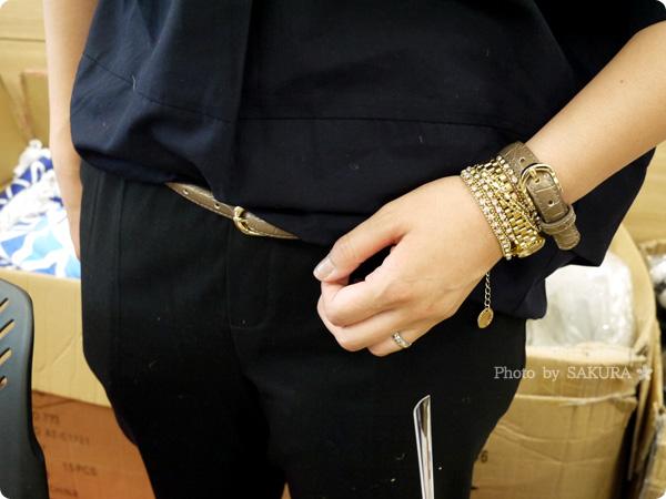 腕時計+革ベルトのクロコダイル型押しフェイクレザーブレスレット+カラフルラップブレスレットの重ね付けに革ブレスと同色のベルトコーデ