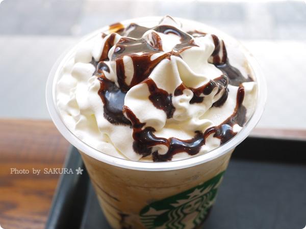 スターバックスコーヒー新作「コーヒー ジェリー & クリーミー バニラ フラペチーノ」にチョコレートソーストッピング