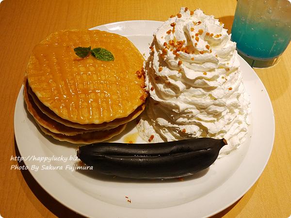 eggs'n things(エッグスンシングス) 期間限定メニュー・キャラメルハニーパンケーキ with ベイクドバナナ 全体