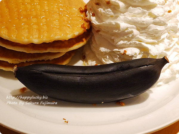 eggs'n things(エッグスンシングス) 期間限定メニュー・キャラメルハニーパンケーキ with ベイクドバナナ 面白い焼きバナナ