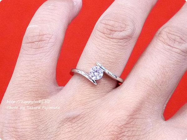楽天市場JewelryCastle ネックレス・指輪 流線型が美しい 0.3カラット スワロフスキージルコニアデザイナーズリング 着画その4