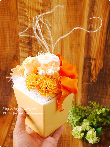 電報サービス【VERY CARD】 Joie! プリザーブド オレンジ 手で持ったサイズ感