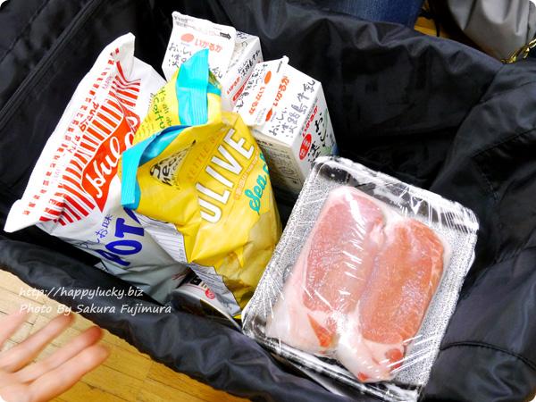 フェリシモ レジかご用バッグがスマートに変身! 大量買いもらくらく ビッグなリュックの会 食品を詰めてみた図
