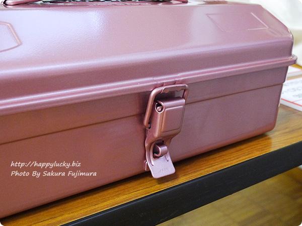 フェリシモ「老舗工場で作られる 上品スチール工具箱〈レトロピンク〉」 留め具アップ