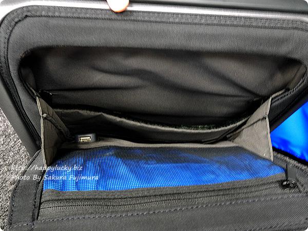 MoMAストア Bluesmart(ブルースマート)スーツケース 内部にもUSBポートがある[ロフトネットストア・秘密の屋根裏限定]