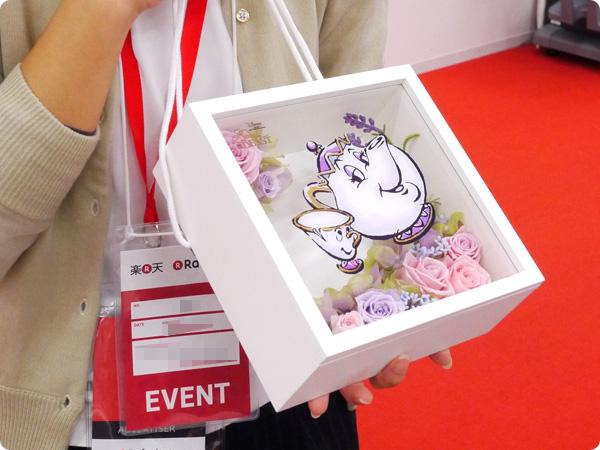 日比谷花壇 母の日 ディズニー フラワーフレームアート「ポット夫人とチップ」(ディズニー映画 『美女と野獣』より) サイズ感