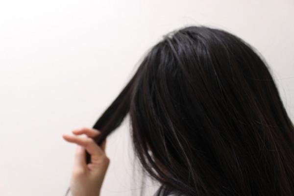 髪を手入れする女性