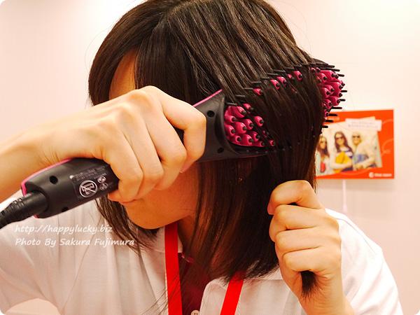 ショップジャパン ヘアアイロン+ブラシの2in1「シンプリーストレート」 内側からブラシをあてて下にゆっくりとひく