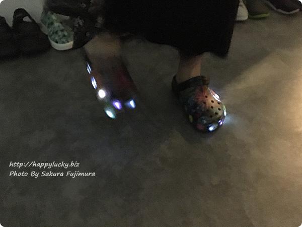 クロックス(crocs) Crocband Fireworks Clogs(クロックバンド ファイヤーワークス クロッグ) 暗いところで光る 着画 その3