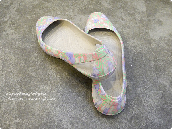 クロックス(crocs)Women's Crocs Sienna Graphic Flat( クロックス シエンナ グラフィック フラット ウィメン)かかとは空いている