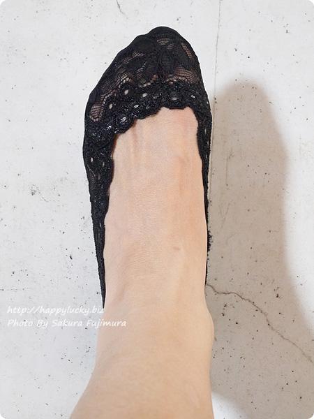 【100均キャンドゥ】足にフィット・脱げにくい シリコンフットカバー サイドレース ブラック 着画