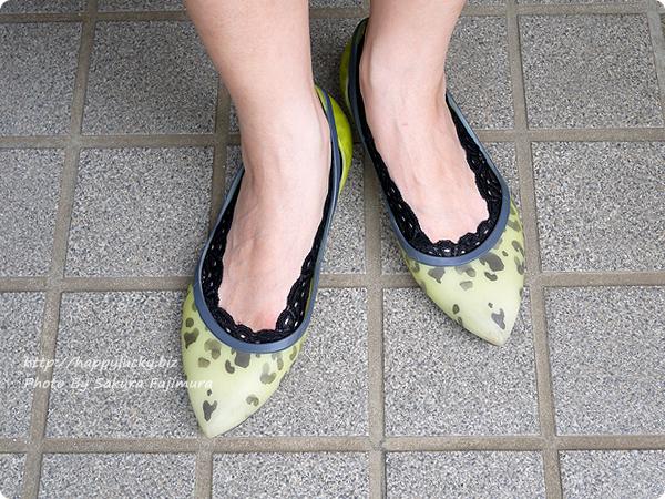 【100均キャンドゥ】足にフィット・脱げにくい シリコンフットカバー サイドレース ブラック 靴を履いてみた着画
