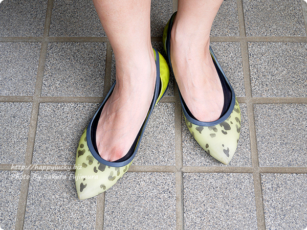 【100均キャンドゥ】足にフィット・脱げにくい シリコンフットカバー 浅履き ブラック 靴を履いてみた着画