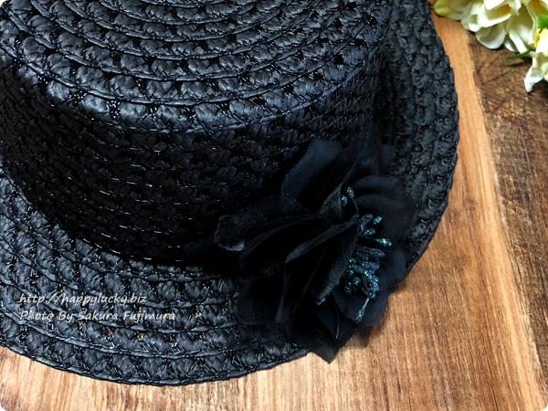 帽子につけた100円ショップ・セリアのコサージュ部分アップ