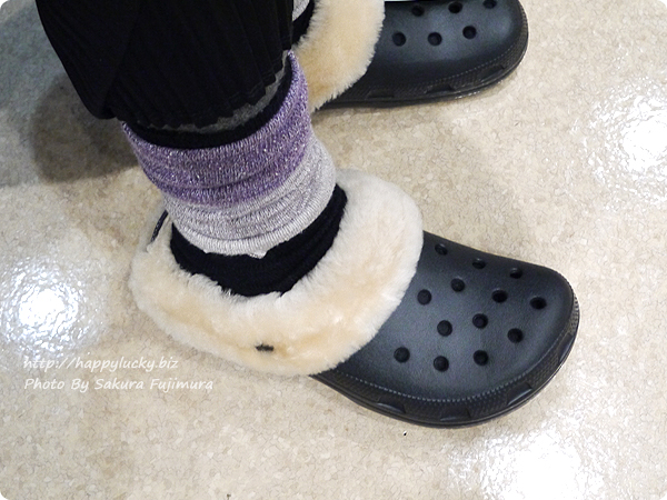 crocs クロックス Classic Mammoth Luxe Shearling Lined Clog(クラシック マンモス ラックス クロッグ) ブラックの着画