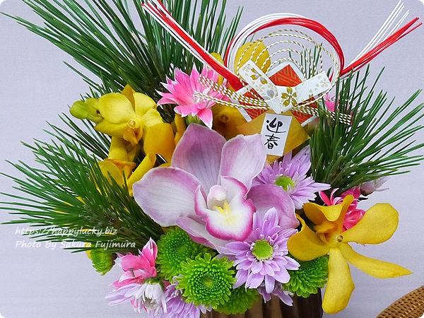 【お正月2019】日比谷花壇 とらや「干支小形羊羹5本入」とアレンジメントのセット みずみずしい若松にエレガントなシンビジウムが映える華やかなお花