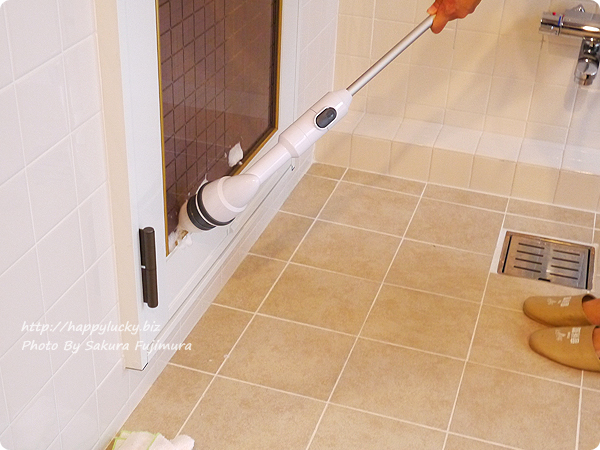 充電式風呂用電動回転ブラシ「ターボスクラブ」コーナー用ブラシでお風呂のドアの溝を掃除