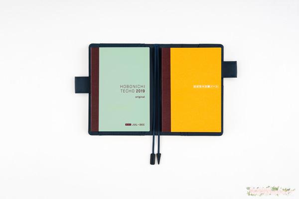 手帳カバーの左側にほぼ日手帳avec、右側にほぼ日の方眼ノートをカバーにいれることも可能