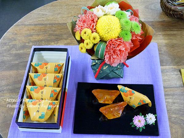 日比谷花壇 敬老の日 日本橋屋長兵衛「暦菓子 実り柿」とそのまま飾れるブーケのセット 全体