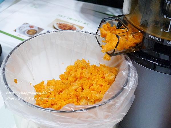 HUROM社2019年最新モデル『ヒューロムスロージューサーH2Y』絞ったあとのにんじんのカスは料理に使える