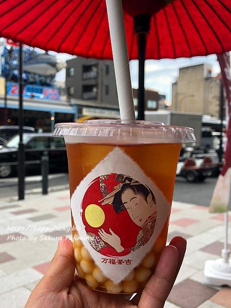 東京築地 タピオカドリンク店「万福茶吉」紅茶+和三盆タピオカ(甘さ控えめ氷少なめ)